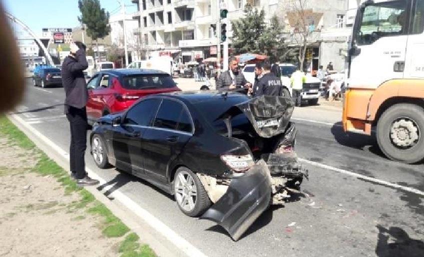 DİYARBAKIR'DA KIRMIZI IŞIKTA BEKLEYEN ARACA ÇARPMASI SONUCU 1 KİŞİ YARALANDI