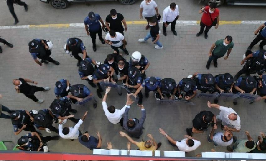 DİYARBAKIR'DA HDP İL BİNASINDAN ÇIKAN KADIN GÖZALTIN ALINDI